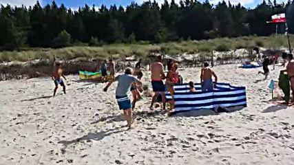 Глиган атакува изневиделица туристи на плаж в Полша