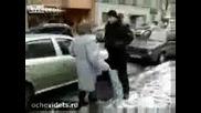 Бабка въмотена от неправилно паркирани коли !!