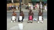Улични барабанисти или професионалисти