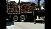 Камион растоваря дърва