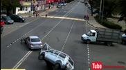 Ужасна катастрофа след преминаване на червена светлина на светофара !