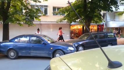 Жена паркира удряйки две коли :-)