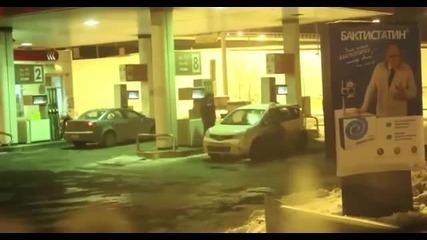 Жена бърка бензин с вода, мие си колата ...