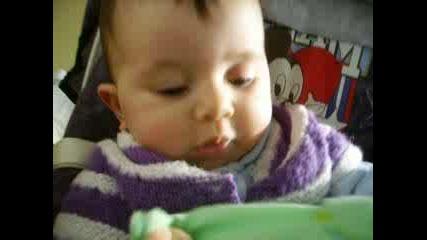 Малката Тея В Любимото си столче