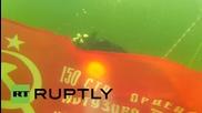 В Русия водолази се гмурнаха в ледена река със знамето на Съветския съюз