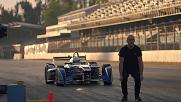 Мъж прескача болид на Формула Е със задно салто