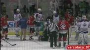 Този хокеист беше забит в преградата !
