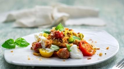 Бон Апети | Салата с домати, моцарела и хлебни трохи