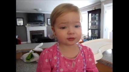 Малко, сладко момиченце пее песен на Адел