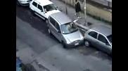 Жена Се Опитва Да Паркира В Едно Наистина Малко Място ( Funny )