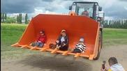 Руски оператор на челен товарач забавлява децата
