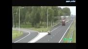 Кола Блъска Полицай