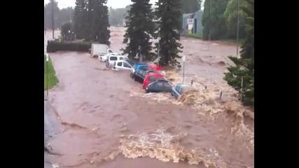 Наводнение отнася колите от паркинг