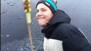 Експлозия на ракета под леда на замръзнало езеро
