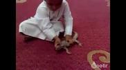 Гущер захапва малко дете