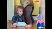 Сладко детенце се плаши от играчката си - Смях