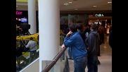 Болид от F1 се разхожда из мол Сердика