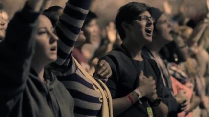 Песента, която заслужава да се чуе! Велик е Нашият Бог + Превод ( Световно Издание )