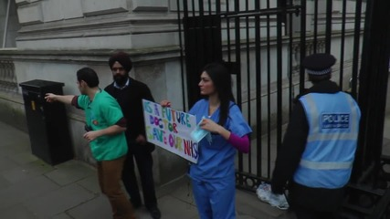 UK: Thousands of junior doctors take part in huge London protest