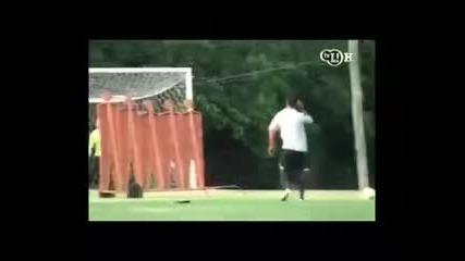 Роналдиньо пак пощуря в свой стил