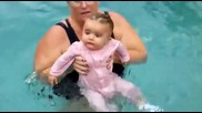 Малко дете в басейн