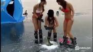 Разгорещени момичета по бански ловят риба през дупка в леда