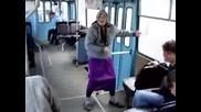 Бабичка Забавлява Публика (смях)