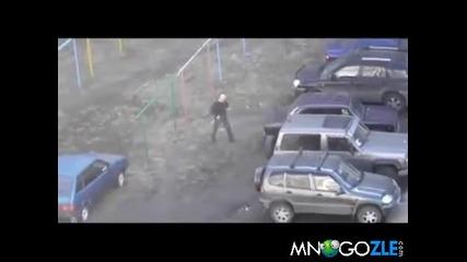Идиот чупи всички коли на паркинга