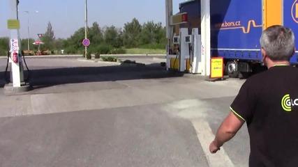С майстора на бензиностанцията