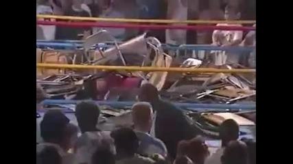 Затрупват със столове кечисти на ринга! :)))