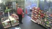 Работник на Бензиностанция спира обира с помощта на бонбони .