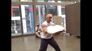 Пицар прави страхотно шоу в търговския център