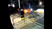 Пич получава удар от бариера докато гледа лъскаво Ламбо