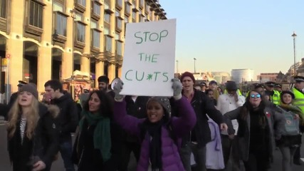 UK: Students blockade Westminster Bridge in protest at education cuts