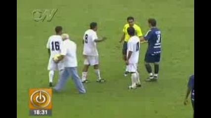 Футболен трениор удря садия и футболист по време на мач !!!!