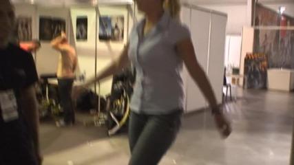 Момичето със скачащите кокили