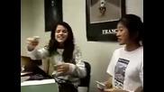 Селена Гомез пее песен на Майли Сайръс!!!