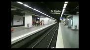 Луд скок в метрото над релсите