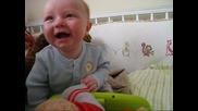 Бебе се смее много интересно!