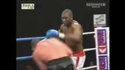 Боксьор продължава срещата с извадено рамо и я печели!