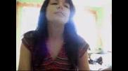 Момиче Пее Пред Web Камерата Песен на Gloria Gaynor - I Will Survive
