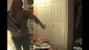 Момиче удря приятеля си с ток