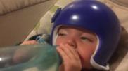 Това бебе наистина се интересува от бутилката