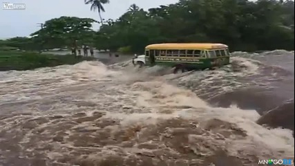 Рейс пълен с хора се обръща в бурна река
