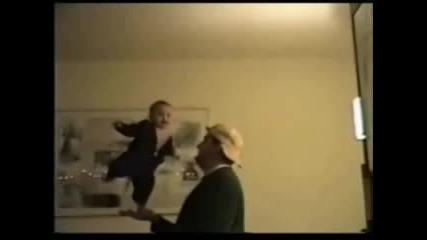 Мъж Балансира С Бебе
