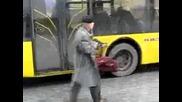 Луд руснак с автомат спира тролей