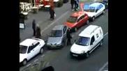 Некадърен Шофьор Си Паркира Колата :)