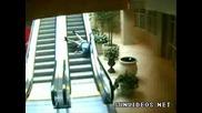 битка : Ескалатор поваля старец !