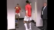 Много странно задържане на топката от Роналдо и Фердинанд