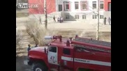 Руски пожарникари спасяват коте